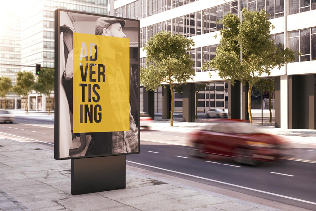 anuncio em uma avenida movimentada
