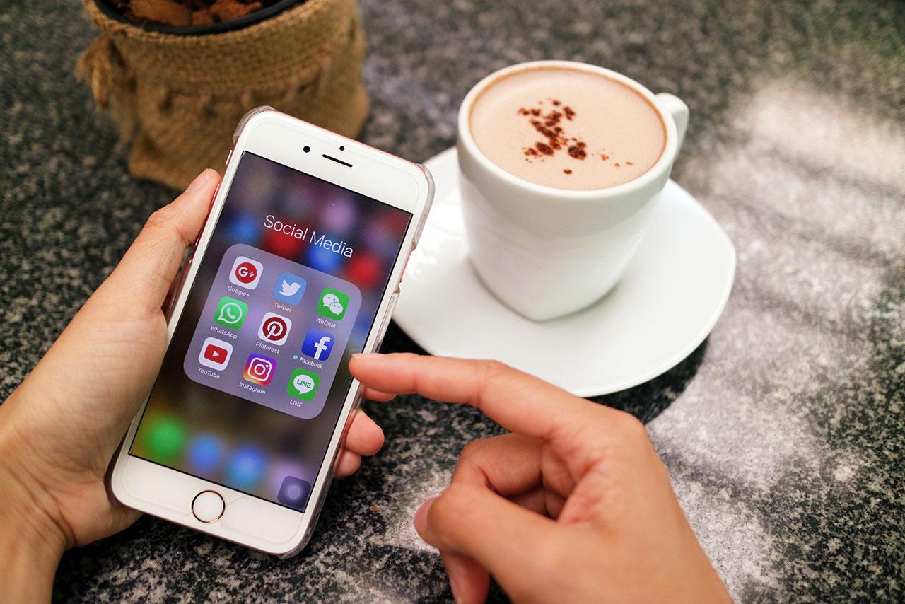 tela de celular com os aplicativos de redes sociais