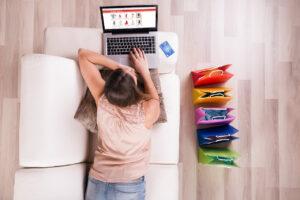 como fazer um e-commerce mulher jovem comprando sofá