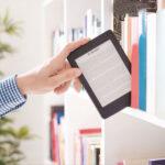 como fazer um ebook de sucesso mãos segurando tablete estante