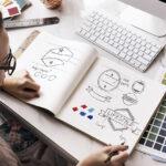 como criar uma identidade visual mulher desenhando paleta de cores