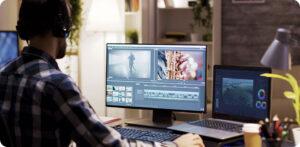 analista de mídias sociais trabalhando no computador edição de vídeos